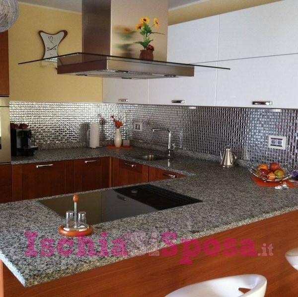 cucina in mosaico metallico in vetro